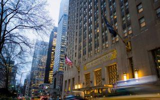華爾道夫酒店被中方集團收購後,目前正在改建成康鬥公寓。 ( Drew Angerer/Getty Images)