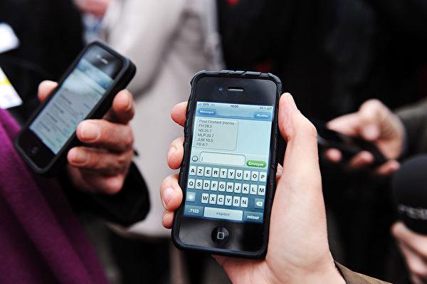 現在越來越多人離不開手機。(Fedouach/AFP/GettyImages)