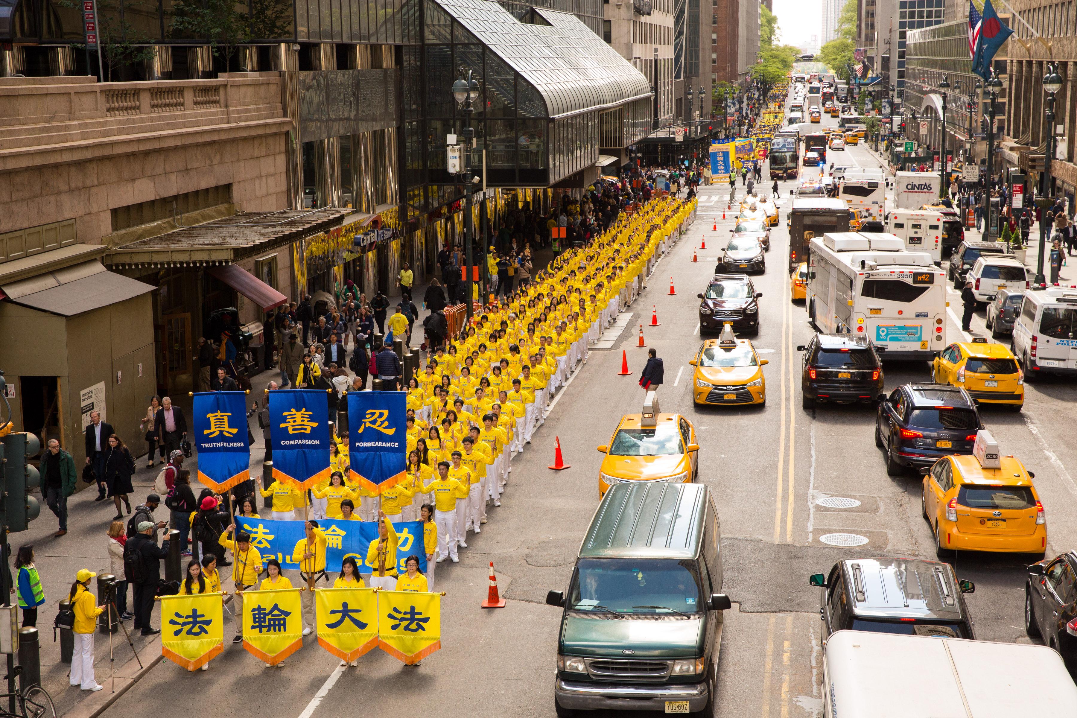 2017年5月12日,紐約上萬人舉行慶祝法輪大法弘傳世界25週年活動,並舉行橫貫曼哈頓中心42街的盛大遊行。(艾文/大紀元)