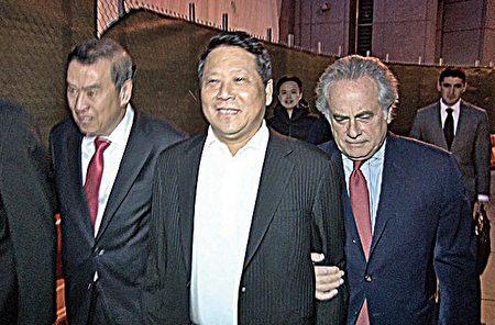 2015年10月,涉贿赂前联大主席阿什的澳门政协委员吴立胜(中)在两名代表律师搀扶下走出法庭。(大纪元资料图片)