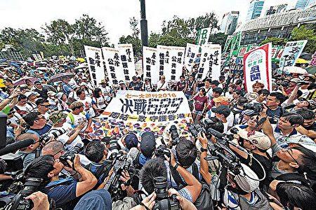 """港人对梁振英、中共破坏一国两制的不满不断升温,去年七一游行更以抗议他们为主题:""""决战689,团结一致,守护香港""""。(大纪元资料图片)"""