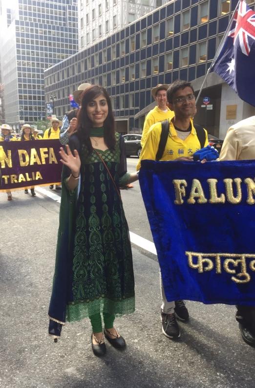 印度法轮功学员Daksha5月12日在曼哈顿庆祝法轮大法日的游行中。(施萍/大纪元)