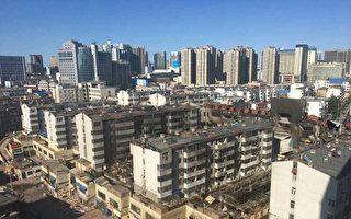 5月20日,山东潍坊市潍城区向阳路旁灯具城、鞋城发生一起特大火灾,与商城相连的南苑小区居民楼也被大火吞噬。图为烧后惨状。(居民提供)