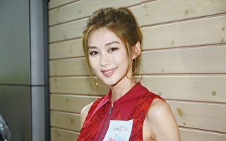 香港艺人岑丽香24日身穿红色连身短裙、足蹬红色高跟凉鞋,冒雨开工。(宋碧龙/大纪元)