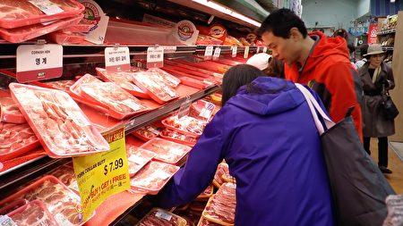 华裔陈先生喜欢汉阳超市的新鲜肉类。(Henry Han/新唐人)