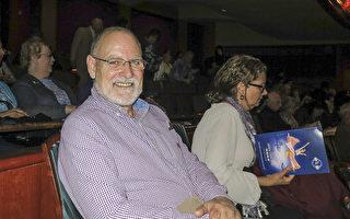 退休前在AT&T公司担任项目经理的Rich Connell于5月4日下午与家人一起在新泽西艺术表演中心(New Jersey Performing Arts Center) 观赏神韵演出。(林南宇/大纪元)