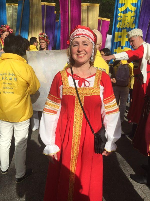 俄罗斯法轮功学员Svetlana在5月12日曼哈顿大游行前的集会上。(施萍/大纪元)