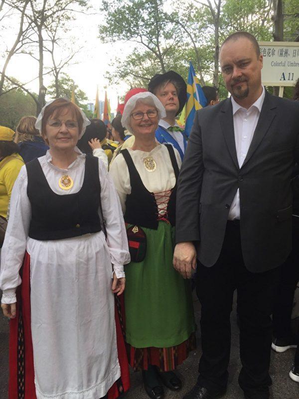 芬兰法轮功学员Vejo(右一)在5月12日纽约大游行前和本国学员在一起。(施萍/大纪元)