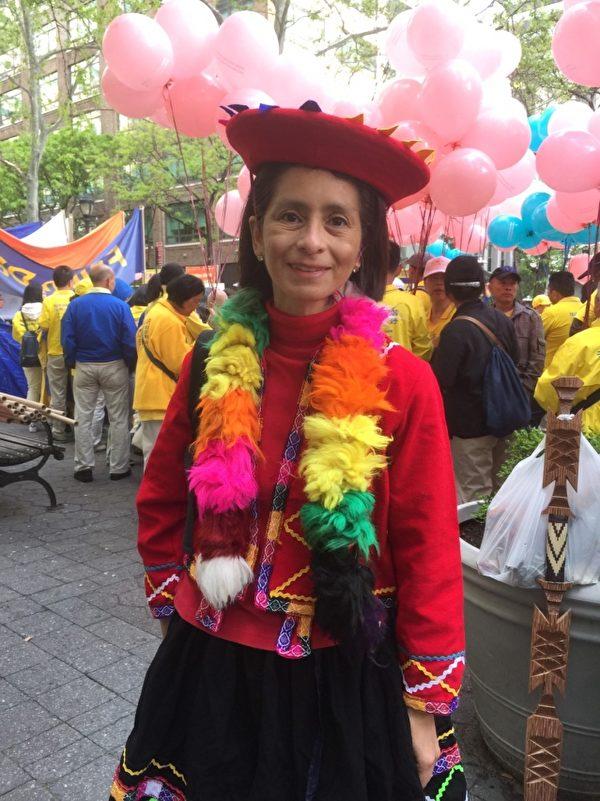 秘鲁法轮功学员Elena在5月12日曼哈顿大游行前的集会上。(施萍/大纪元)