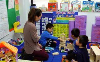 小朋友在學前班裡,可以問問題、探索、學習社交能力。 (安心/大紀元)