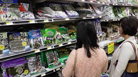 韩国零食小吃尤得女性顾客喜爱。(Henry Han/新唐人)