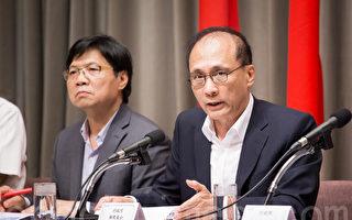 行政院長林全(右)11日提出「新世代反毒策略」,宣布未來4年將投入100億元的反毒經費,若需要更多資源投入,「經費沒有上限。」(陳柏州/大紀元)