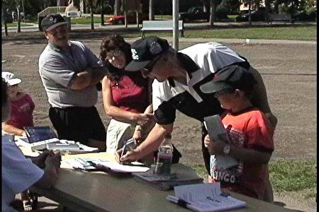 图:横加紧急救援万里行中,民众签名支持法轮功学员反迫害。 (大纪元图片)
