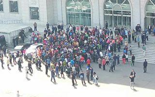 5月3日,吉林延邊朝鮮族自治州延吉市數百名民眾聚集在市政府前,抗議政府公交車車費漲價至2元。(受訪者提供)
