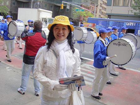 加拿大多伦多法轮功学员朱丹在5月12日的纽约大游行中 (摄影:大纪元/伊玲)