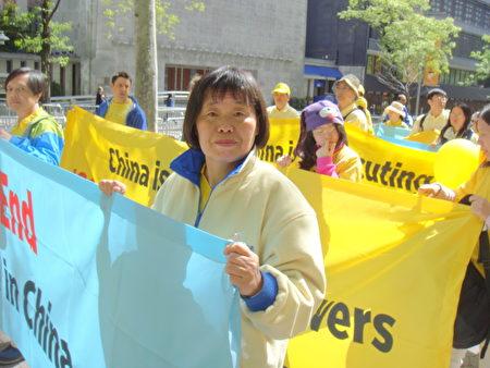 来自加拿大多伦多的法轮功学员张梦华在5月12日纽约大游行的队伍之中)(摄影:大纪元/依玲)