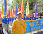 多伦多法轮功学员刘京在5月12日法轮功纽约大游行队伍中。(摄影:伊铃/大纪元)