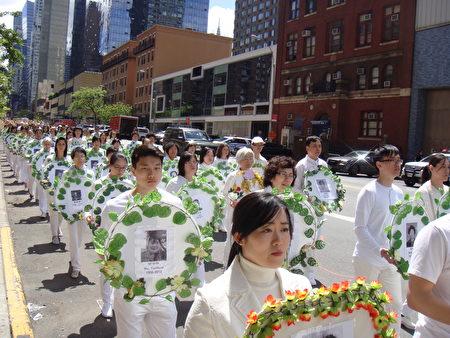 5月12日法轮功纽约大游行中,由加拿大法轮功学员手持悼念被中共迫害致死的法轮功学员的白衣方阵。(摄影:大纪元/依玲)