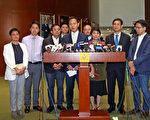 民主派議員決定對周浩鼎提出彈劾,要求罷免其議員資格,並研究是否彈劾梁振英。(李逸/大紀元)