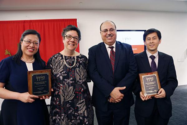 《大纪元时报》纽约中文版设计总监刘敏豫(左一)、CCEM主任Karen Pennar(左二)和Jehangir Khattak(右二)、及大纪元副总编黄万青(右一)在2017年度Ippies颁奖仪式上合影。 (施萍/大纪元)