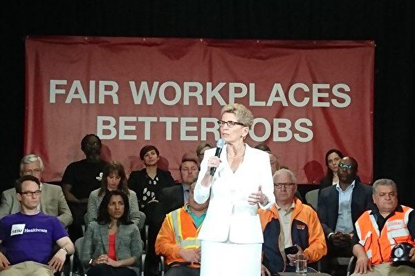 省長韋恩宣布了《更公平職場、更好工作》計劃,並說,15元最低工資「是安省歷史上最大的漲幅」。(劉海英/大紀元)