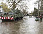 加拿大魁北克省遭遇水灾。图为5月8日,军队进入蒙特利尔西北的双山(Deux-Montagnes)市遭水淹的街道救援。(加通社)