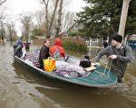 魁北克省遭百年一遇的洪水,圖為5月8日,蒙特利爾北岸Laval的受災居民撤離水淹的居所。(加通社)