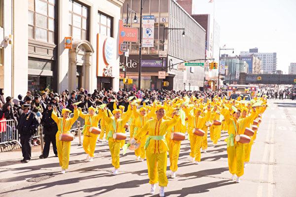 2017年2月5日纽约法拉盛新年大游行中的法轮大法腰鼓队。(戴兵/大纪元)