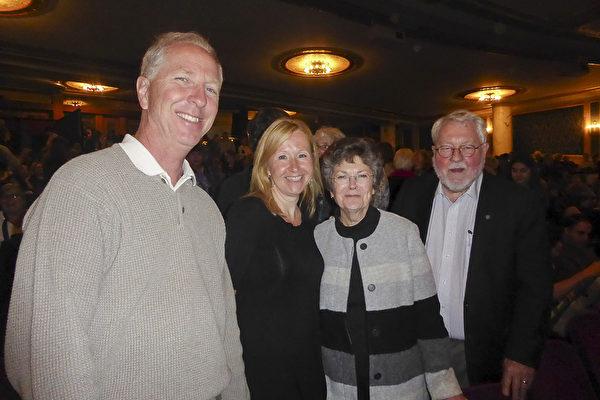 保险公司老板Bill Burke与太太Faith Burke,以及朋友Ellen Ratmeyer一起观看了当天下午的演出。(良克霖/大纪元)