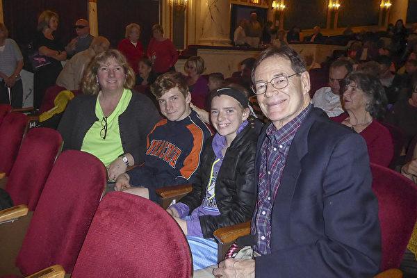 4月30日(星期日)下午,曾经担任纽约上州一家大型医疗机构副总裁的Jeff Woeppel先生一家观看了神韵巡回艺术团在普罗克特斯剧院(Proctors Theatre)的演出。(良克霖/大纪元)