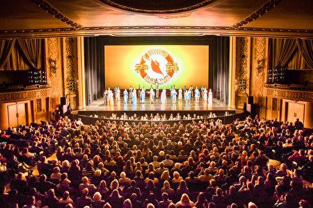 4月30日,神韵北美艺术团在内布拉斯加州奥马哈奥芬剧院(Orpheum Theater)上演当地第二场、即最后一场演出,观众反应格外热烈。(陈虎/大纪元)