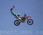 4月30日的太平洋沿岸梦幻机械展期间,有摩托车特技表演。(曹景哲/大纪元)