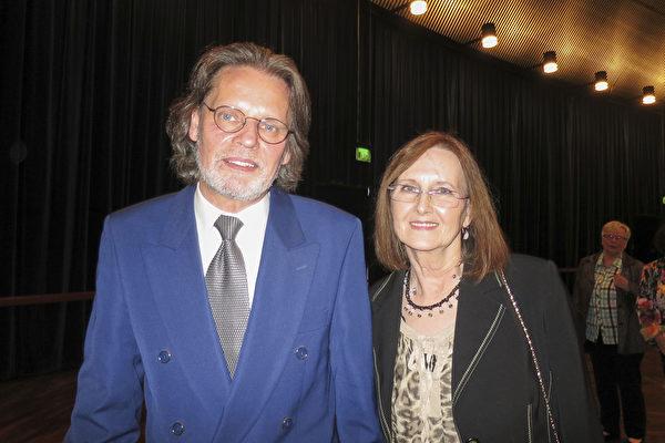 Klaus Kiesow先生携太太一起观看了2017年5月2日,美国神韵世界艺术团在德国法兰克福世纪大厅(Jahrhunderthalle)的演出。(黄芩/大纪元)