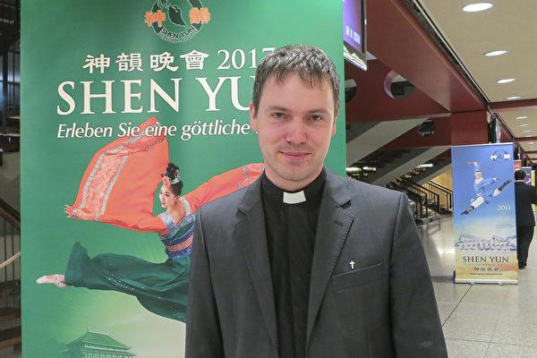 Christoph Anselmann牧师于2017年5月3日观看了神韵世界艺术团在法兰克福的演出。(余平/大纪元)