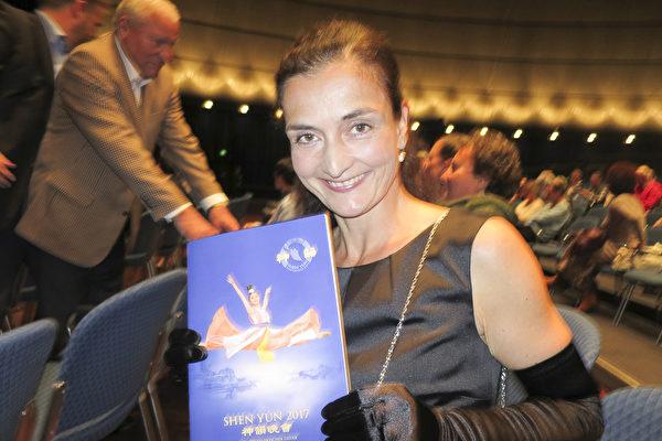 5月3日晚,舞蹈爱好者Susanne Schwalm女士观看了美国神韵世界艺术团在法兰克福世纪大厅(Jahrhunderthalle)的第二场演出。(黄芩/大纪元)
