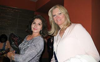 一对好友 Donna Russo(左)和Doreen Formato(右)于5月3日晚)在新泽西纽瓦克的新泽西表演艺术中心观看了神韵演出。(林南宇/大纪元)