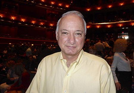 新澤西州埃塞克斯郡退休官員Alan Abramowitz 在5月4日下午觀看在新澤西表演藝術中心的神韻演出後,對中國古典舞的表現力印象深刻。 (衛泳/大紀元)