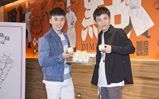 小宇(右)特地到與阿緯(左)開張的餐廳慶功,兩人的兄弟臉意外成為焦點。(華納提供)