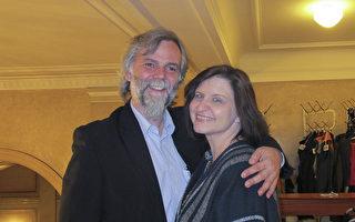 2017年5月5日,Lethmayer夫妇一起观赏了美国神韵世界艺术团在奥地利维也纳城堡剧院(Burgtheater)的演出。(麦蕾/大纪元)