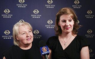 5月5日晚,Renee Marton和母亲Vera Marton在维也纳城堡剧院观看了神韵演出。(新唐人电视台)