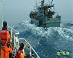 中國大陸海洋伏季休漁期,1艘捕捉蟹類的廣東省南澳無船名籠具漁船(右),5月5日在澎湖海域施放籠具作業 時,被澎湖海巡隊查獲,依法查扣重罰。 (澎湖海巡隊提供)