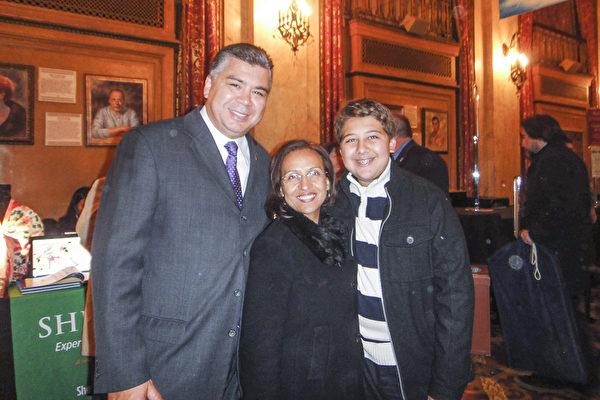 """水牛城市法官Betty Calvo-Torres女士和先生Charles Torres带儿子Christian一起观看了当晚的演出,他们表示""""陶醉其中""""。(滕冬育/大纪元)"""