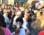图:4月30日周日傍晚6时,加州圣地亚哥大学城Cross Road公寓游泳池发生枪击案,造成7伤1死,枪手被击毙。5月3日,人们聚集在枪击案发地点举行烛光聚会,追思受害者Monique Clark,呼吁更多关爱。(杨婕/大纪元)