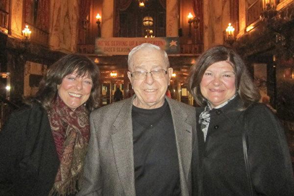 姐妹 Libby Brennan(右)和Marlene Bienkc庆幸在美国能观赏到神韵,她们和父亲一起。(李佳/大纪元)