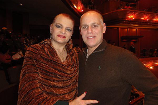 2017年5月5日,Betman夫妇在观看神韵国际艺术团在纽瓦克新泽西表演艺术中心(NJPAC)的第三场演出后表示,演出对他们来讲真是一份天赐的礼物。(苏菲/大纪元)