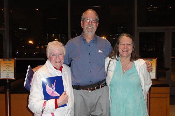 5月5日晚,Lisa Kaehn(右)与丈夫、婆婆在美国新泽西表演艺术中心(NJPAC)一起观赏了神韵国际艺术团在当地的第三场演出。(苏菲/大纪元)