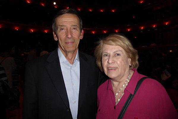 Chester Trubinsky先生与太太Sue Trubinsky深深地被神韵艺术表现力所吸引。(良克霖/大纪元)