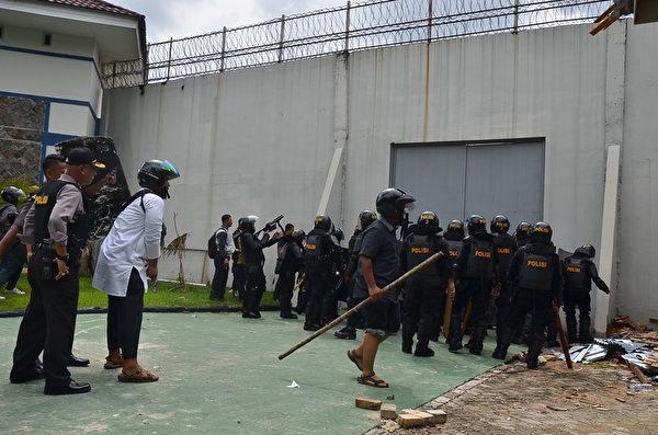 INDONESIA-PRISON-POLICE