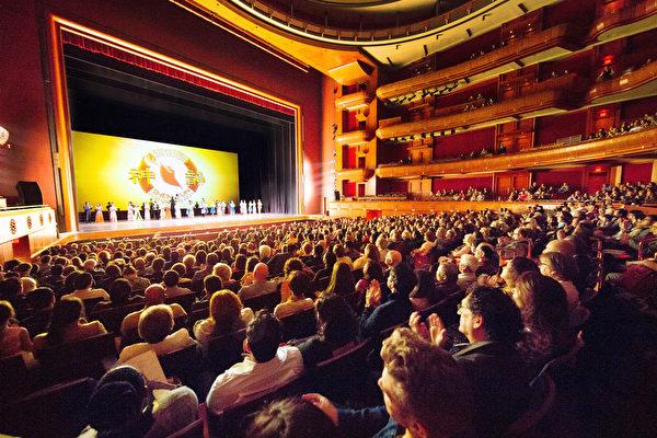 5月6日下午,神韵国际艺术团在新泽西表演艺术中心(New Jersey Performing Arts Center) 的演出继续全场爆满的盛况。(戴兵/大纪元)
