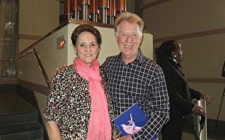 5月6日下午,前消防局局长Joseph Lapsanski先生与太太观赏了神韵在美国新泽西州的第四场演出。(林南宇/大纪元)